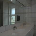 TV monteret i spejl på badeværelset