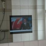 Monteret spejl TV i baderum