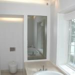 Badeværelse med TV i spejl